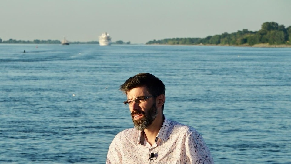 François Guillemette sur le pont d'un bateau.