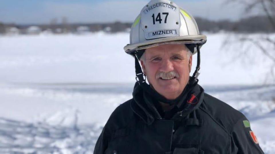 Mike Mizner habillé en pompier.