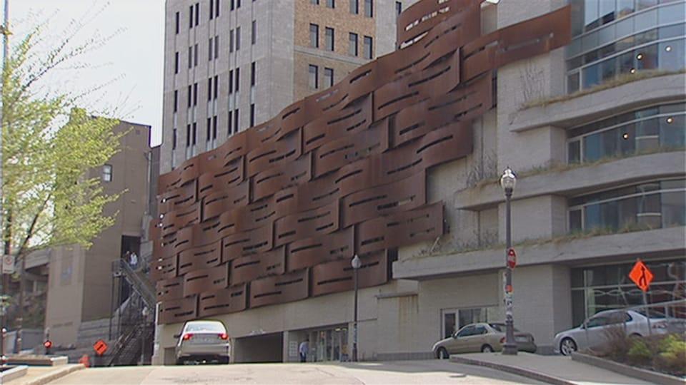 L'oeuvre est constituée d'immenses plaques d'acier brunes et ondulées