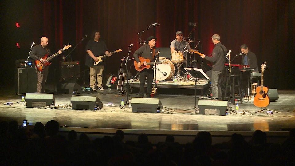 Florent Vollant et ses musiciens sur scène.
