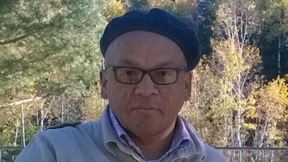 Portrait de Floyd Favel, à l'extérieur