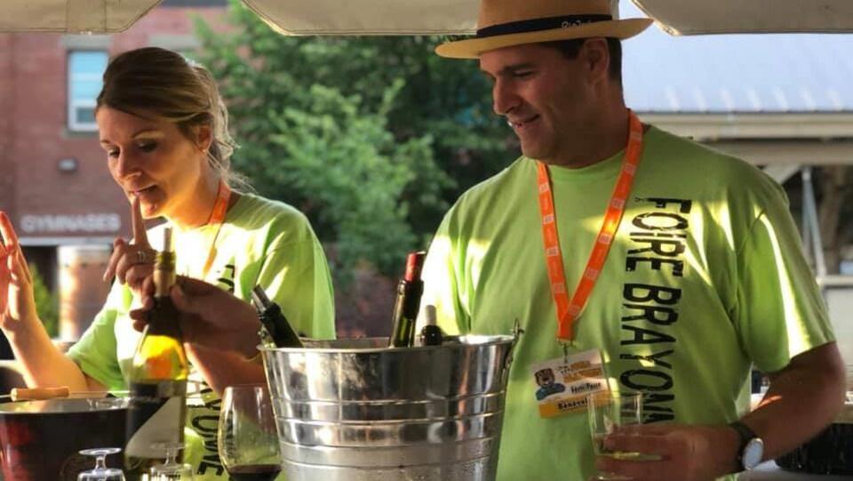 Des bénévoles vendent de l'alcool au festival.