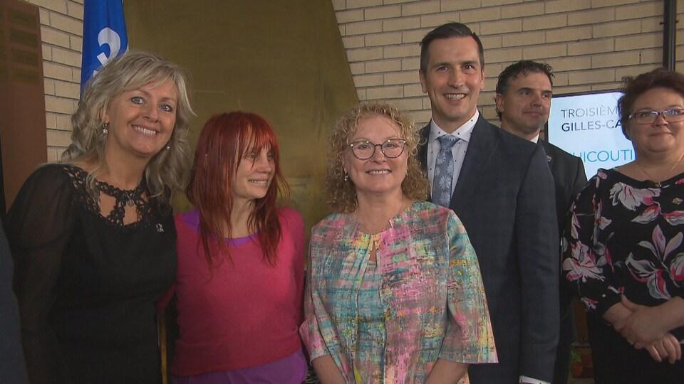 Andrée Laforest, Chloé Sainte-Marie, Marguerite Blais et Marc Denis, Éric Girard et Nancy Guillemette sourient à la caméra.