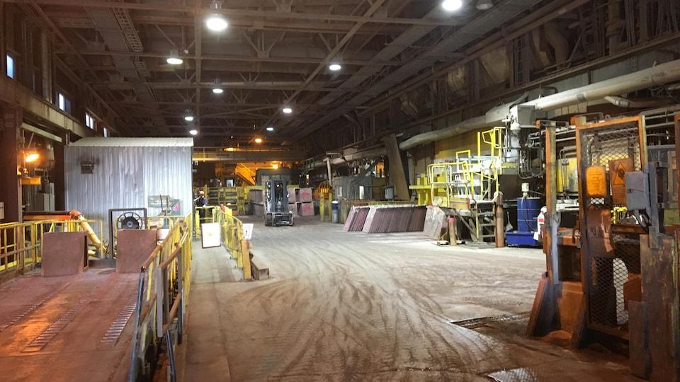 Un camion élévateur circule dans la fonderie.