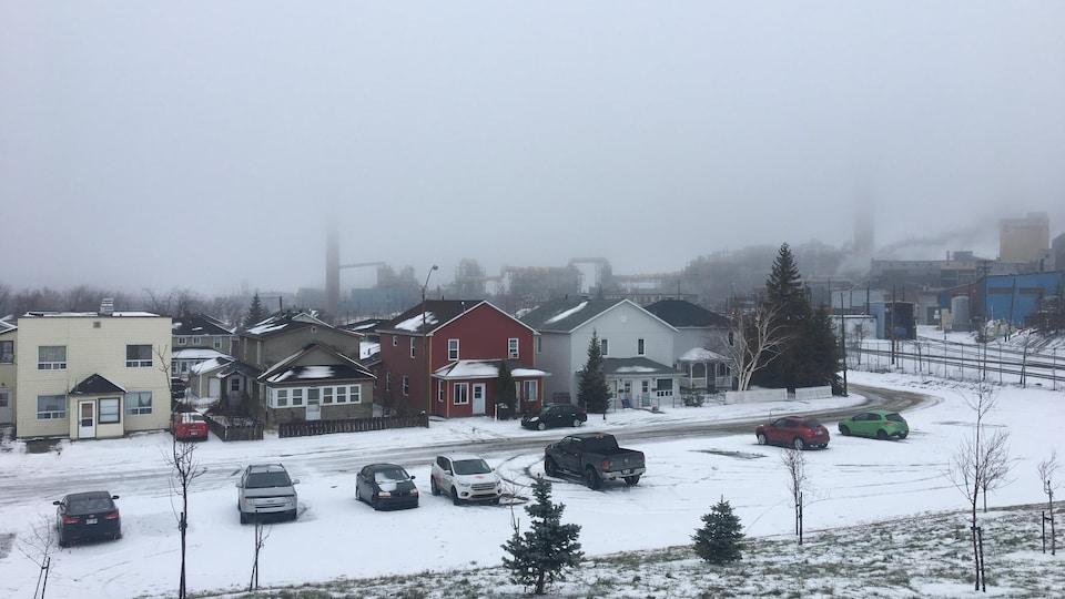 Un brouillard cache en partie la Fonderie Horne de Rouyn-Noranda.