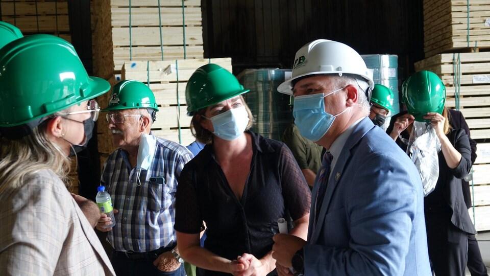 Le ministre Jonatan Julien parle avec des entrepreneurs qui ont reçu l'aide du FAIR.