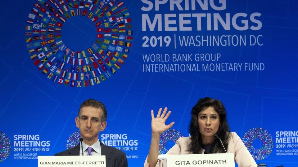 Un homme et une femme en conférence de presse.