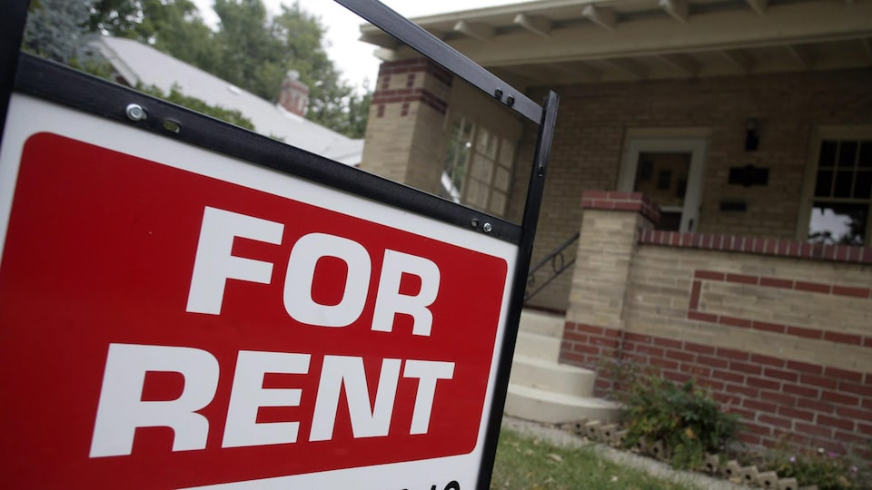 Une pancarte où il est inscrit « For rent », ce qui signifie à louer en français.