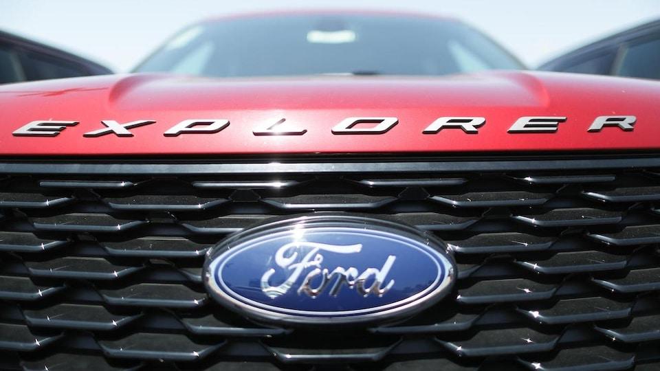 Un Ford Explorer rouge