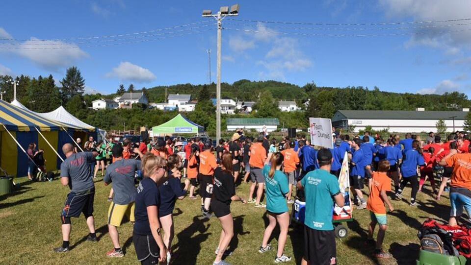 Des participants s'échauffent avant le début des épreuves.