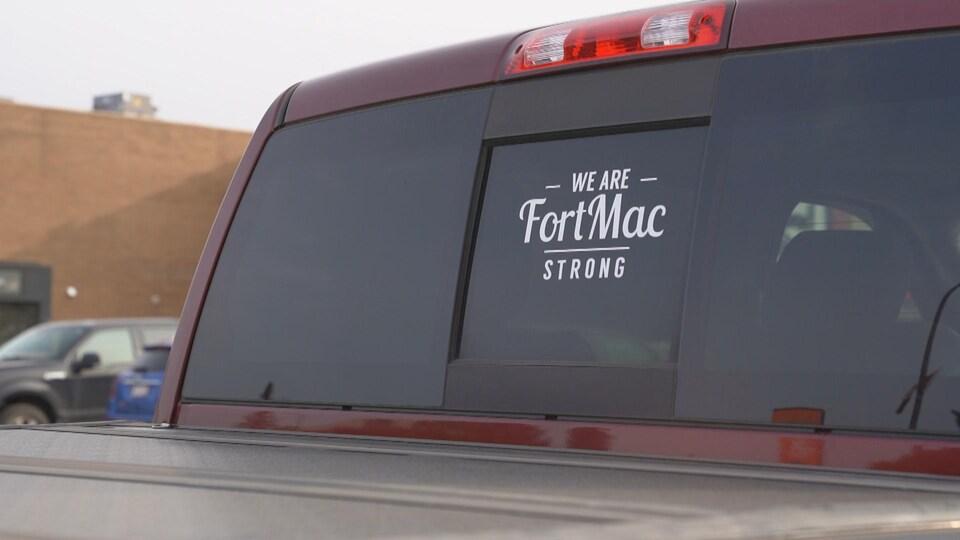 Un slogan «FortMac Strong» sur la vitre arrière d'un camion.