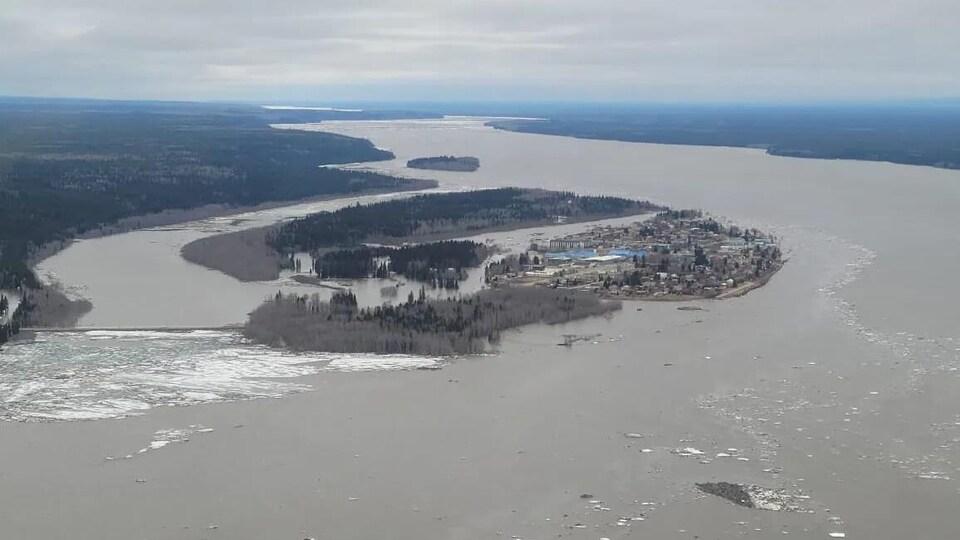 L'île de Fort Simpson inondée.