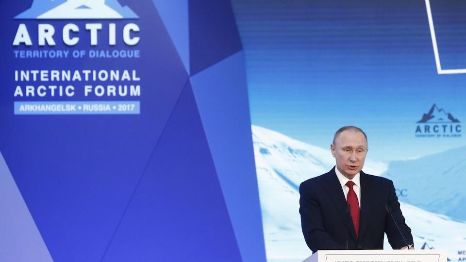 Le président de la Russie, Vladimir Poutine, parlant dans un micro lors du forum sur l'Arctique, à Arkhangelsk.
