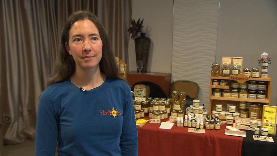 Marie-Pierre Fortier accorde une entrevue à Radio-Canada devant son kiosque.
