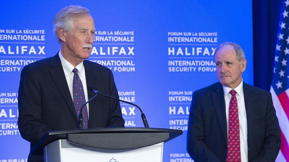 Les deux sénateurs américains lors d'un discours au Forum international sur la sécurité d'Halifax