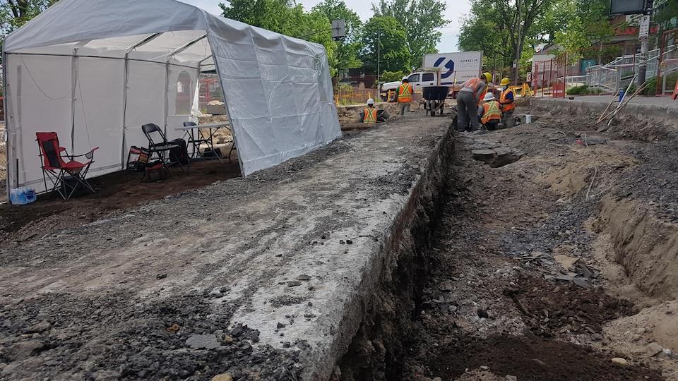 L'asphalte a été retiré pour permettre les fouilles.