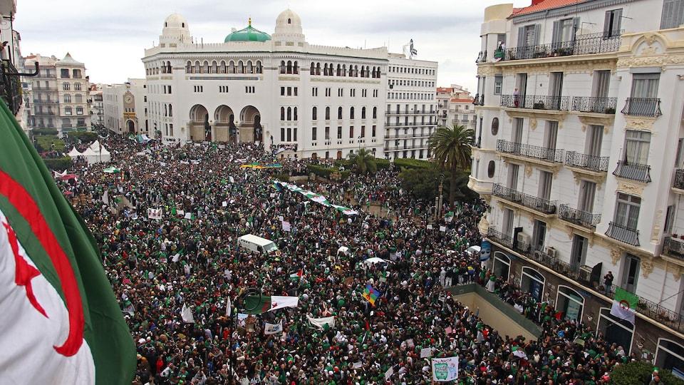 Une rue remplie de manifestants.