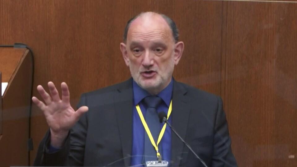 Le Dr David Fowler, la main levée, témoigne à la barre.