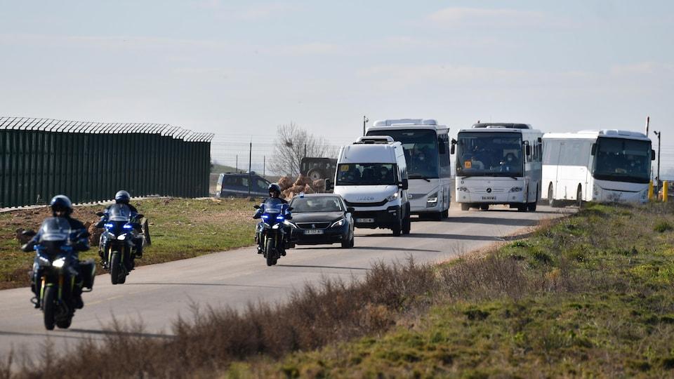 Un convoi de motos et d'autobus.