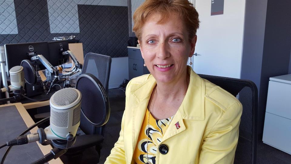 La députée France Gélinas dans un studio de radio.