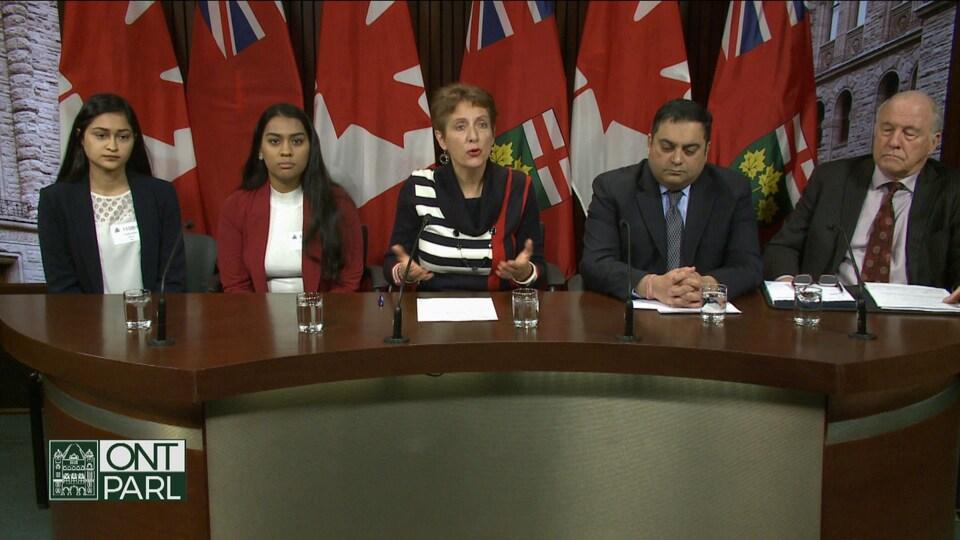Des personnes en conférence de presse.