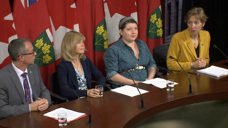 France Gélinas en conférence de presse à Queen's Park, aux côtés de 3 autres personnes.