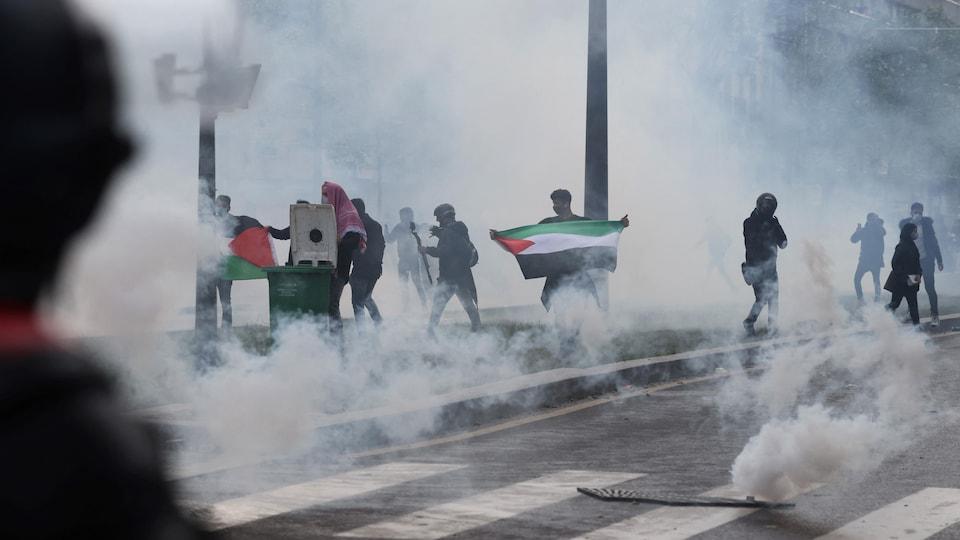 Des policiers ont utilisé des gaz lacrymogènes et des canons à eau à Paris pour tenter de disperser un rassemblement.