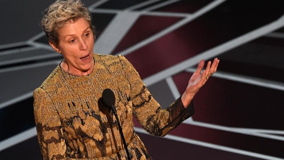 France McDormand, qui a remporté la statuette de la meilleure actrice, a demandé à toutes les femmes dans la salle de se lever, en les remerciant pour leur excellent travail.