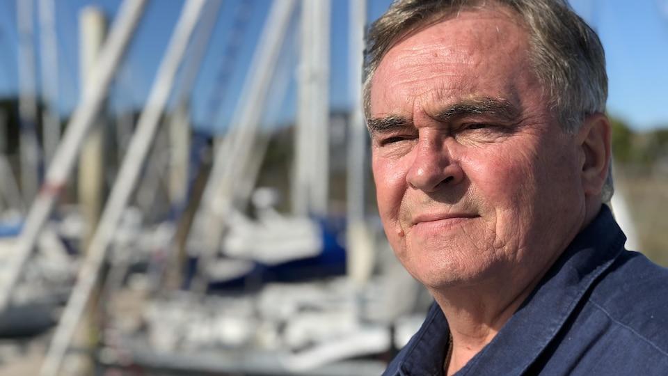 Portrait de l'homme avec des bateaux en arrière-plan