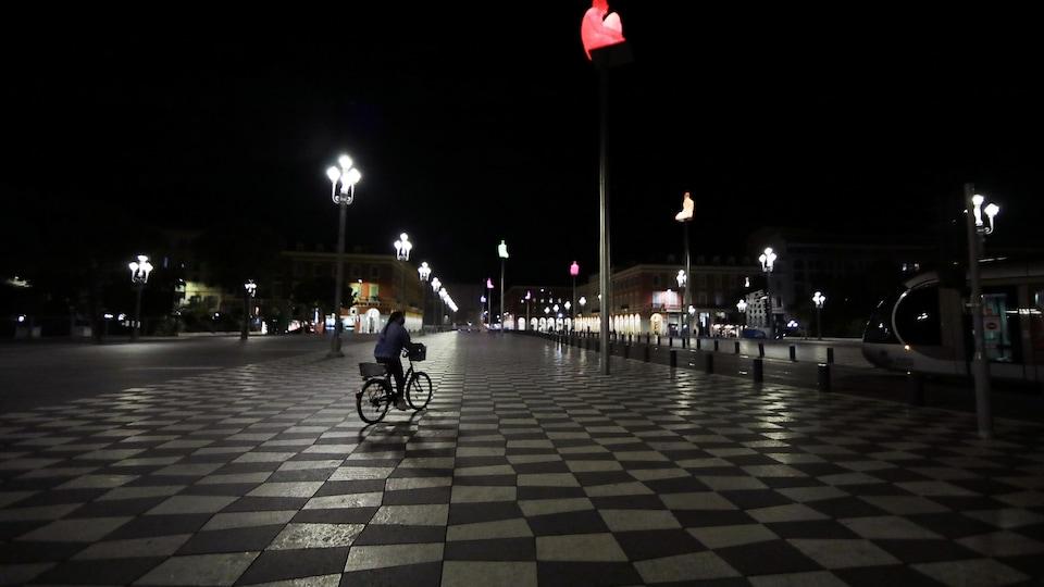 Un cycliste roulant à Nice, dans le sud de la France.