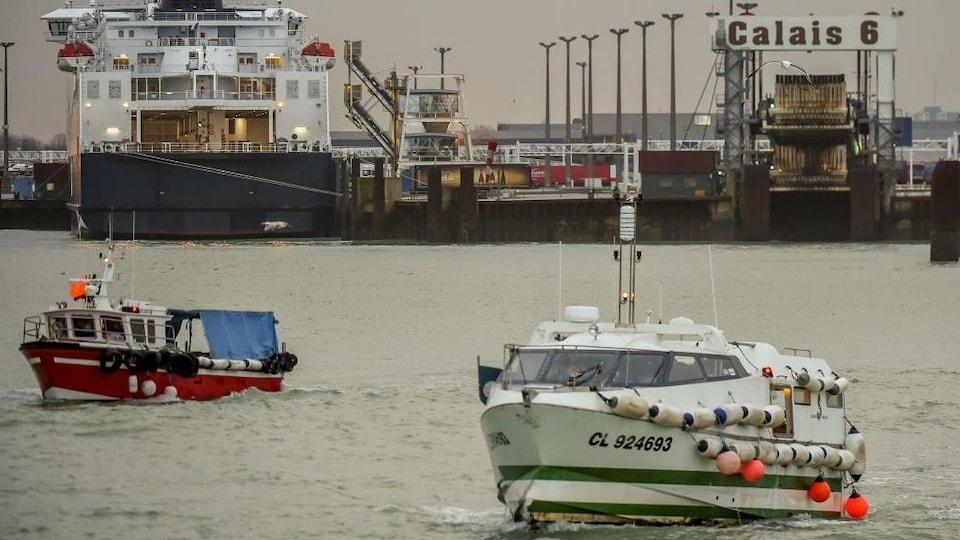 Des bateaux à flot près du port de Calais.