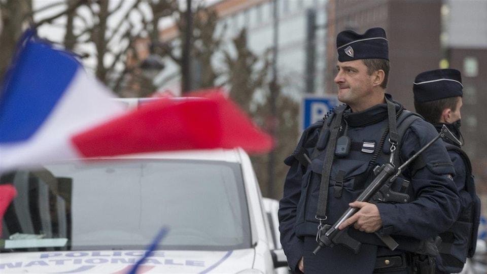 Un policier français en faction