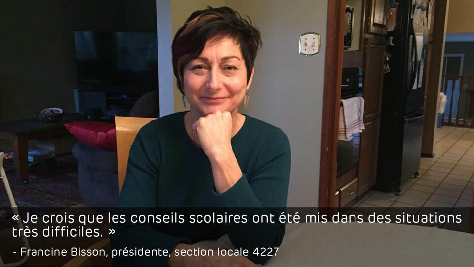 Francine Bisson en entrevue, dans sa salle à manger. En citation sur l'image : «Je crois que les conseils scolaires ont été mis dans des situations très difficiles.»