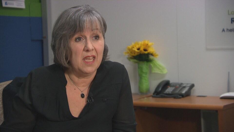 La directrice générale du centre d'hébergement pour femmes francophones victimes de violence Maison d'amitié, Francine Groulx, en train de parler.