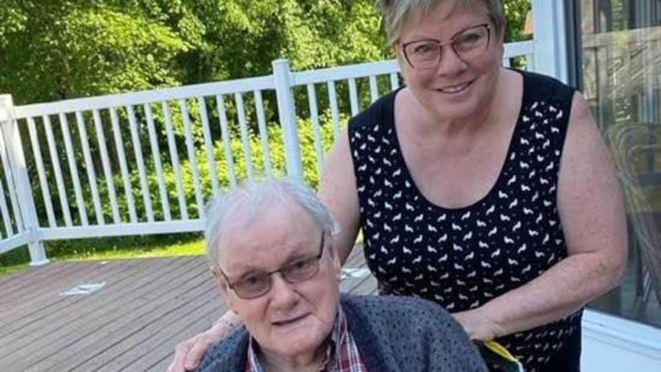 Louis Landry et sa fille Francine posent dehors.