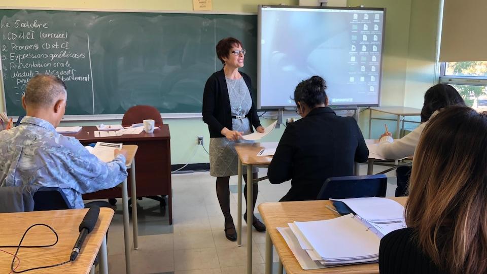 L'enseignante Natalia Tabur debout devant ses élèves.