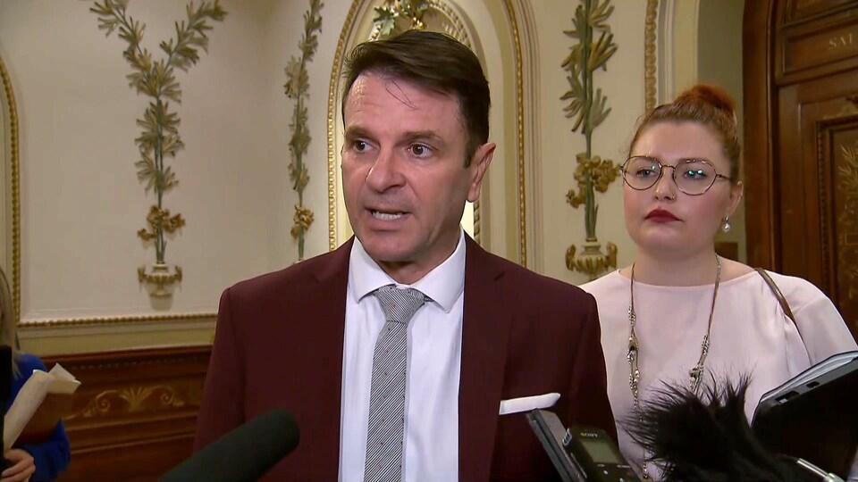 François Bonnardel répond aux questions des journalistes sur le financement du projet de tramway de la Ville de Québec lors d'une mêlée de presse à l'Assemblée nationale le 21 février 2019.