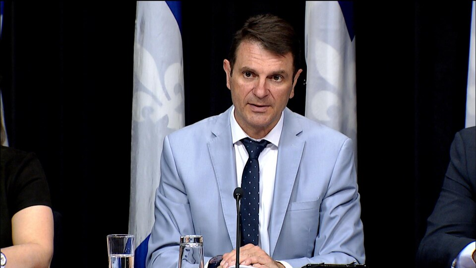 François Bonnardel répond aux questions des journalistes lors d'une conférence de presse.