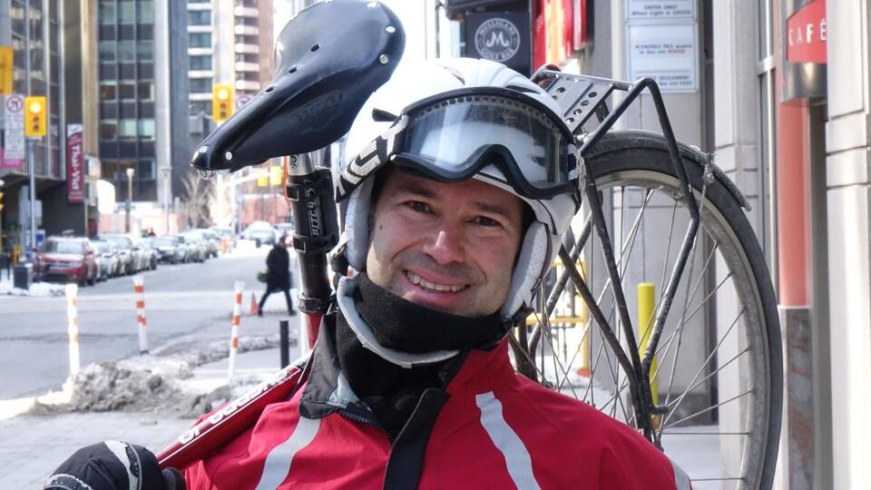 François Demers avec son vélo sur la rue Sparks près des locaux de Radio-Canada.