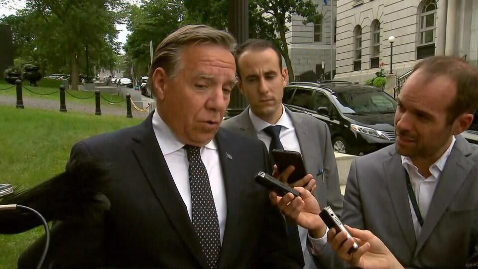 Le premier ministre François Legault en mêlée de presse.