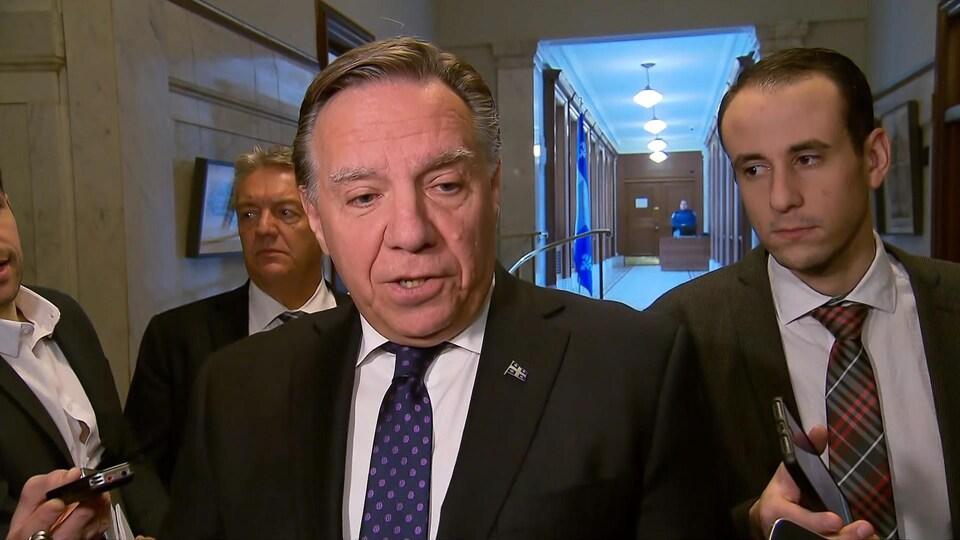 François Legault, en mêlée de presse dans un corridor de l'Assemblée nationale.