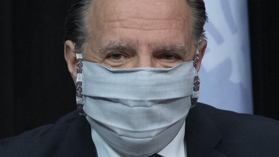 François Legault porte un masque.