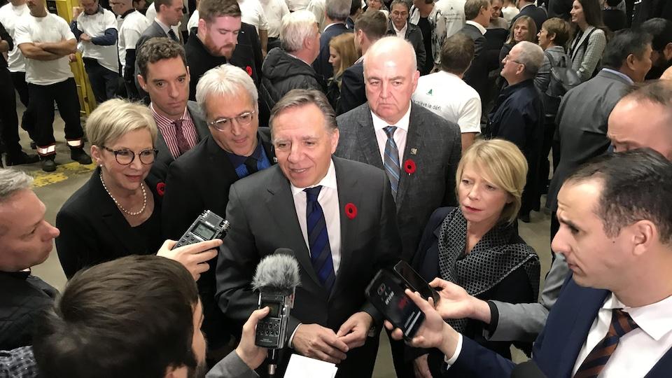 Des journalistes posent des questions au premier ministre François Legault.