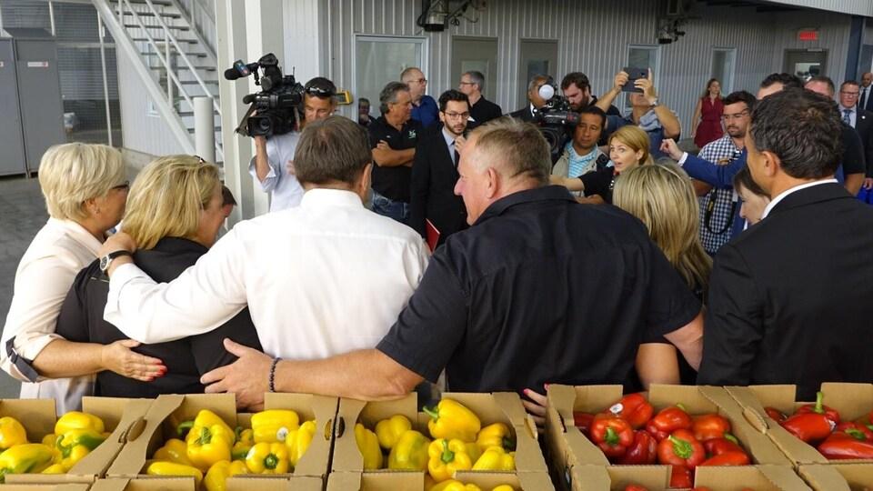 François Legault se fait prendre en photo avec les dirigeants de l'entreprise agricole familiale Les Serres Lefort  dans la circonscription de Huntingdon.