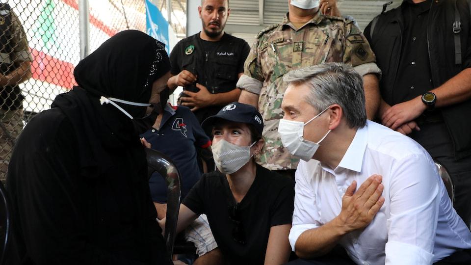 François-Philippe Champagne, la main sur le cœur, devant une victime de l'explosion.