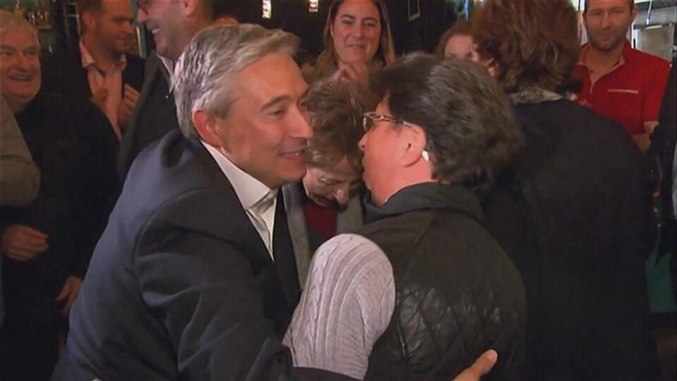 François-Philippe Champagne avec des militants à Shawinigan qui sourit.