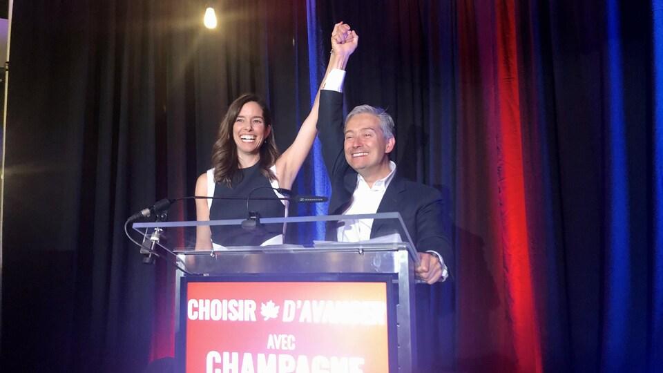 François-Philippe Champagne, le bras dans les airs, avec sa conjointe.