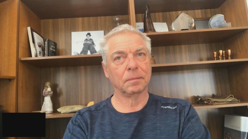 François Roy en entrevue dans son bureau.
