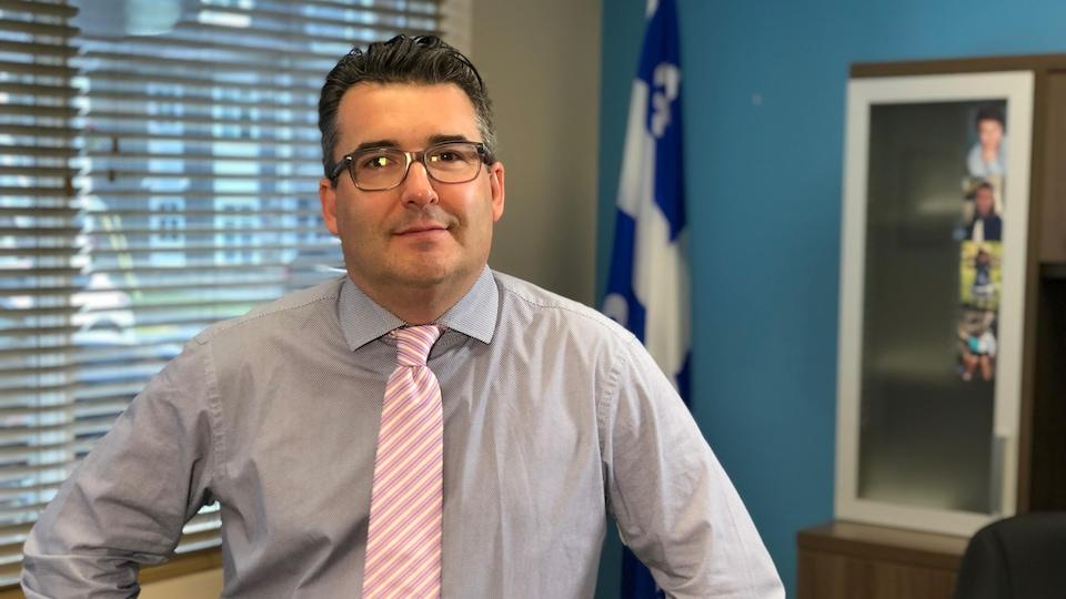 Le député François Tremblay se trouve dans son bureau de circonscription à Saguenay.