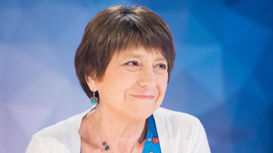 Plan buste de Françoise David, souriante.